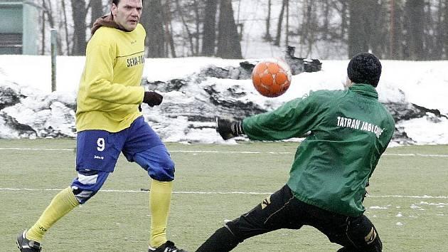 Dubický Slipčenko překonává gólmana Závůrku a upravuje na 2:0.