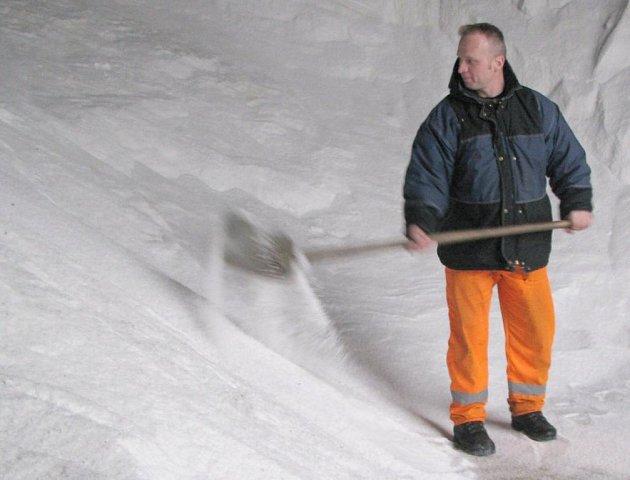 Pracovník Krajské správy silnic Karel Procházka při úklidu haly s uskladněnou posypovou solí