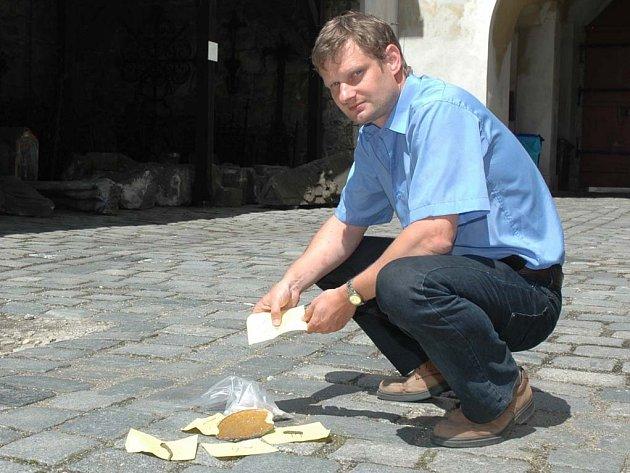 Objevy z hradu Děvin ukazuje Vladimír Peša