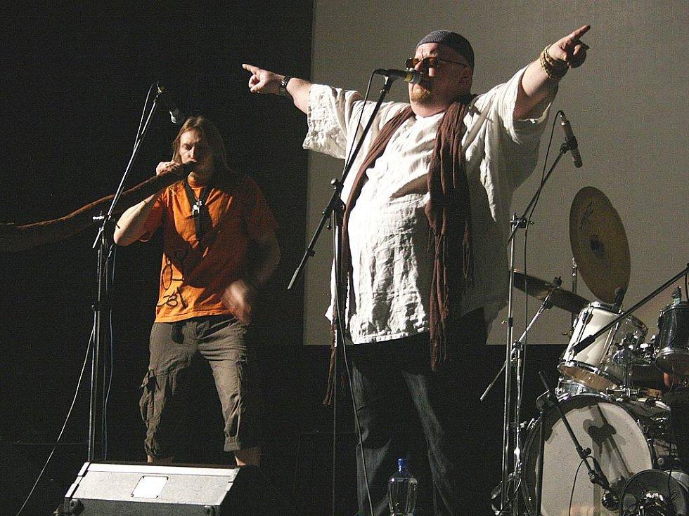 Slavnostní zahájení se neslo v rytmu brněnské kapely Čankišou, která zahrála strhující hudbu inspirovanou Pákistánem, Mongolskem či ostrovem Réunion v Indickém oceánu.