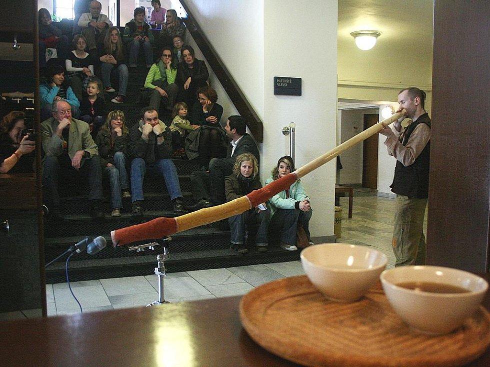 Didgeridoo, australský domorodý nástroj, rozezvučel ve foyer novoborského kina Lukáš Pilnaj.