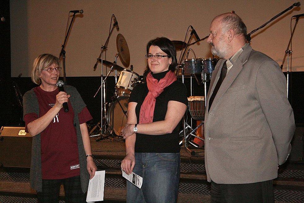 Místostarosta Nového Boru Mgr. Stanislav Valdman festival spolu s koordinátorkou festivalu Lenkou Lovicarovou ze společnosti Člověk v tísni, zahájil.
