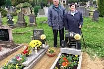 Manželé Patočovi stojí nad hrobem francouzského účastníka pochodu smrti.