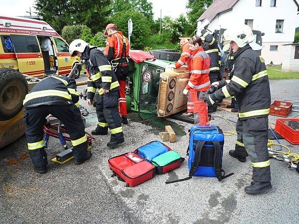 Hasiči mladíka vyprostili a postarali se ouniklý olej, který ztraktoru vytekl.