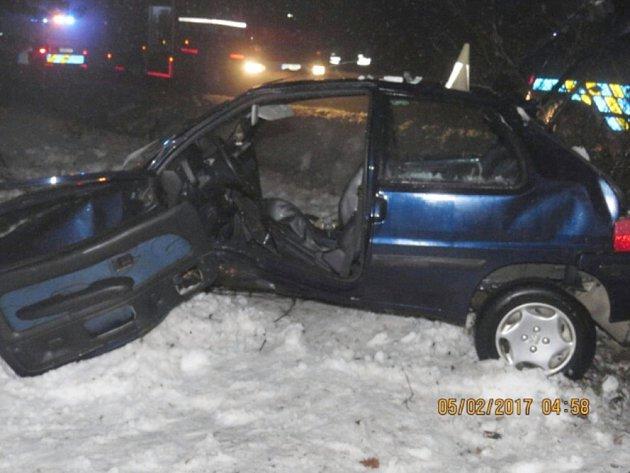 Svážným poraněním nohy skončil vnemocnici devětadvacetiletý řidič peugeotu, který vneděli kolem čtvrté hodiny nad ránem projížděl od Obory na Bezděz.