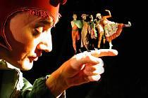 Unikátní princip divadla, tzv. černé divadlo, vytvořil Jiří Srnec v padesátých letech. Tato forma funguje na základě pohybu černě oděných herců na černém pozadí. Díky nasvícení pak tito působí neviditelně a spolu s hudbou a výtvarnou stylistikou tak vytvá