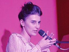 V České Lípě odstartovala Never Sol alias Sára Vondrášková v pátek večer své turné, na kterém vystupuje pouze sama s klavírem. Během koncertu zazněla i písnička Lay Down, titulní song z filmu Davida Ondříčka Ve stínu.