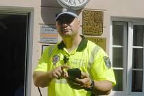 S chytrým telefonem v ruce teď budou Českolipané potkávat své strážníky stále častěji. Prostřednictvím telefonu už hlášení přímo z terénu vkládá také strážník Pavel Daniel (na snímku), jehož okrskem je střed města.