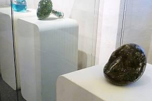 Ukradená hlava (v popředí) už je zpátky na výstavě. Je součástí celého cyklu děl, v pozadí ve vitríně další tři díla z cyklu: Milion nápadů, Obzor a Sny.