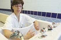 Staniční fyzioterapeutka Iveta Janoušková předvádí nové léčebné vany.