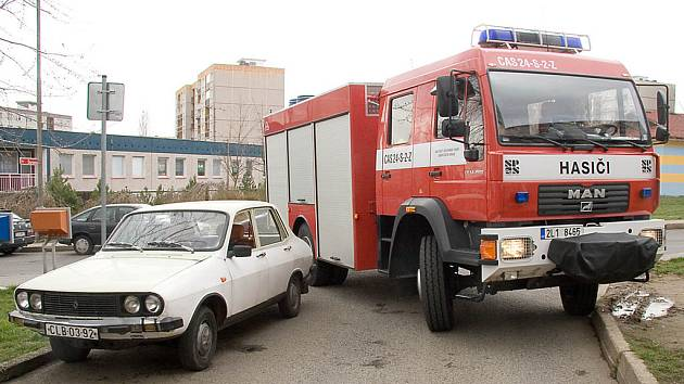 Špatně zaparkovaná vozidla blokují příjezd hasičů k požáru