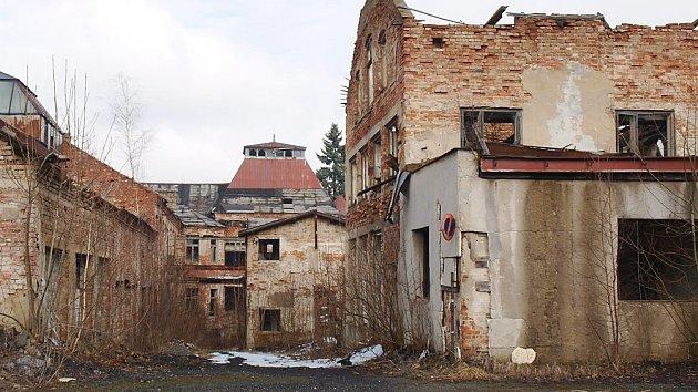 Budova bývalé továrny na lustry firmy Elias Palme v Kamenickém Šenově, která je nyní v havarijním stavu, se snad brzy dočká opravy. Její majitel by chtěl, aby hlavně sloužila občanům města.