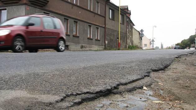 Pražská ulice v Mimoni si humanizaci skutečně zaslouží. Silnice s dírami, desítkami záplat a nebezpečnými krajnicemi dělá městu jen ostudu.