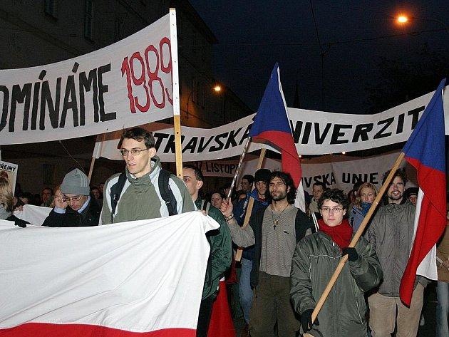 Sametovou revoluci si ve čtvrtek připomněly tisíce lidí nejen v Praze.