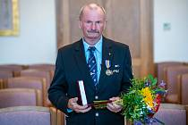 Medaili Aloise Štorcha převzal Břeněk Henke, předseda českolipské jednoty Československé obce legionářské.