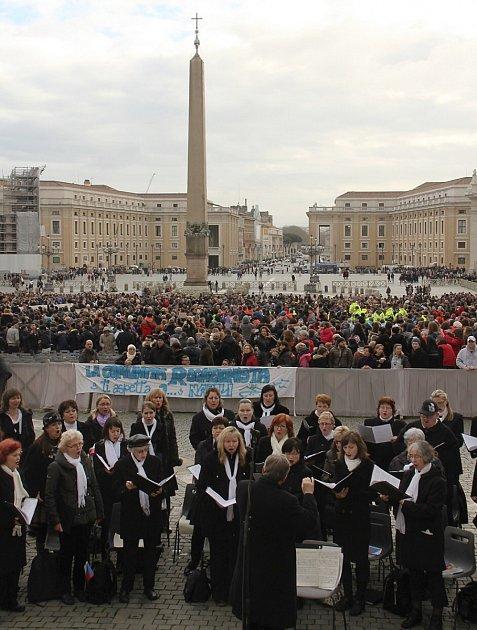 Členové Severočeského filharmonického sboru zČeské Lípy zpívali papeži při audienci.