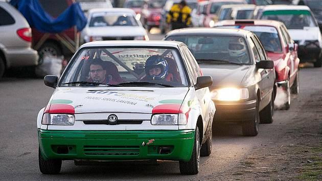 Závodníci nevynechali šotolinu, přemostění nebo nejrychlejší úsek autodromu cílovou rovinku.