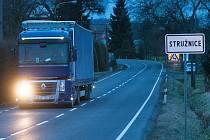 Frekventovanou silnici II/262 protínající směrem z České Lípy na Děčín Stružnici není v době dopravní špičky mnohdy snadné překonat.
