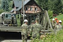 Provizorní most postavila armáda v Rousínově loni v polovině srpna. Nahradil původní most, který strhla povodeň.