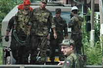 Třicítka vojáků začala s pracemi už v sobotu, když oba břehy a přilehlé komunikace zpevňovala. V neděli pracovala armáda na usazování samotné konstrukce mostu.