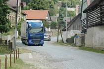 Obcí denně projede několik desítek kamionů.