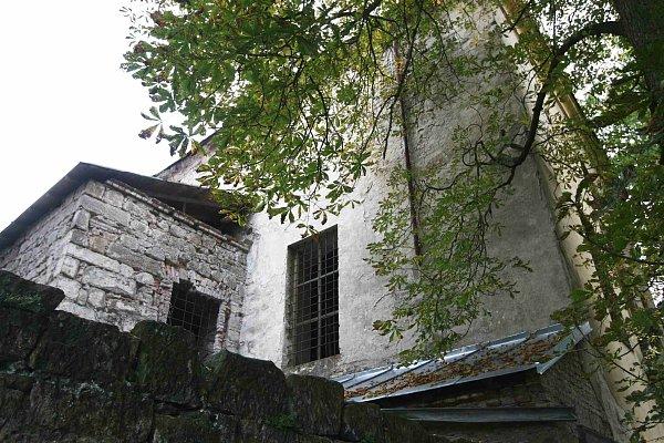 Doslova krok od spadnutí je kapucínský kostel ze 17.století vZákupech.