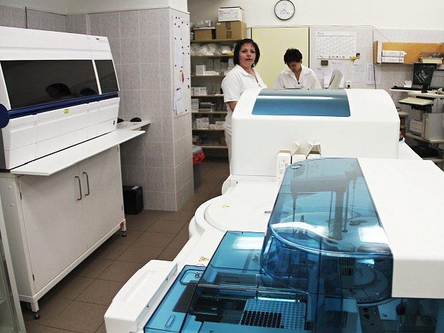 Oddělení klinické biochemie je nově vybaveno špičkovými přístroji Cobas 6000, Cobas Integra 400 a Cobas e411.