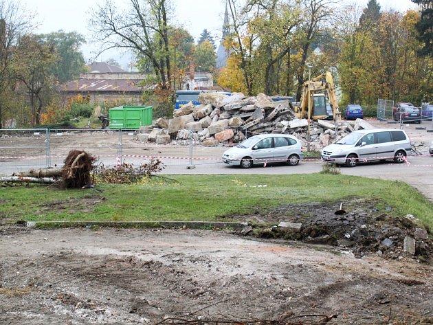 Areál nemocnice obsadili dělníci s bagry. Výstavba nových parkovacích míst je v plném proudu.