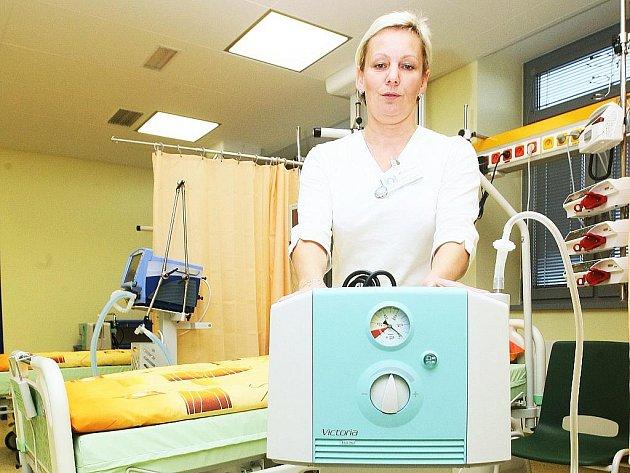 Staniční sestra Kateřina Bažilová předvádí přístroje na JIP.
