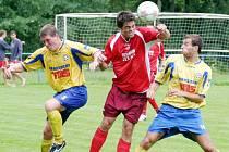 I když šlo jen o přípravné utkání, hráči obou mužstev si nedali nic zadarmo, jako v tomto případě českolipský útočník Mikysa s varnsdorfskými obránci.