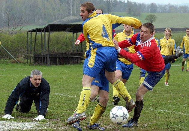 Beitl bojuje před brankou Kravař.