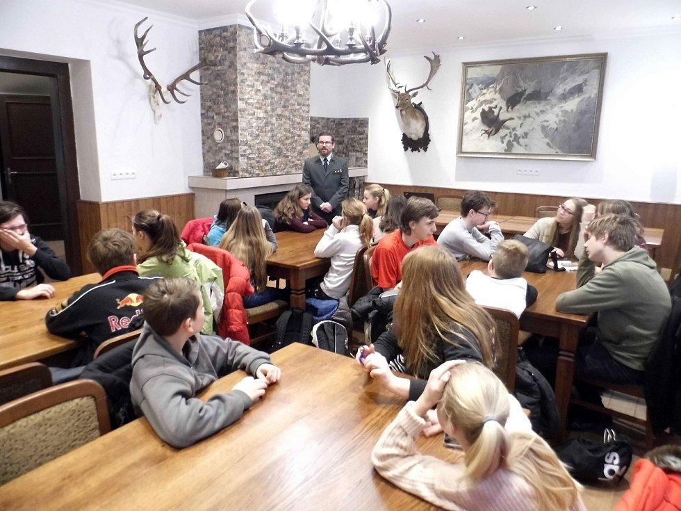 Studenti Gymnázia Mimoň obhájili loňské vítězství v místním kole mezinárodní přírodovědné soutěže YPEF (Mladí lidé v evropských lesích), které se konalo na Skelné huti v Ralsku.