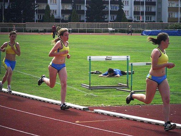 Na fotografii ze závodů v Mladé Boleslavi je českolipská trojice dívek v běhu na 1 500 m  Bínová, Skočovská a Hrochová.M