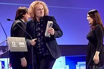 Martin Dušek přebírá cenu za nejlepší dokumentární snímek uplyulého roku.