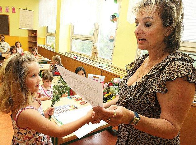 První vysvědčení dostali žáčci v 1. B základní školy na sídlišti Špičák v České Lípě.