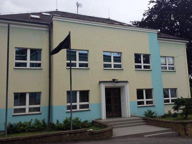 Černá vlajka vlaje před Střední uměleckoprůmyslovou školou v Kamenickém Šenově.