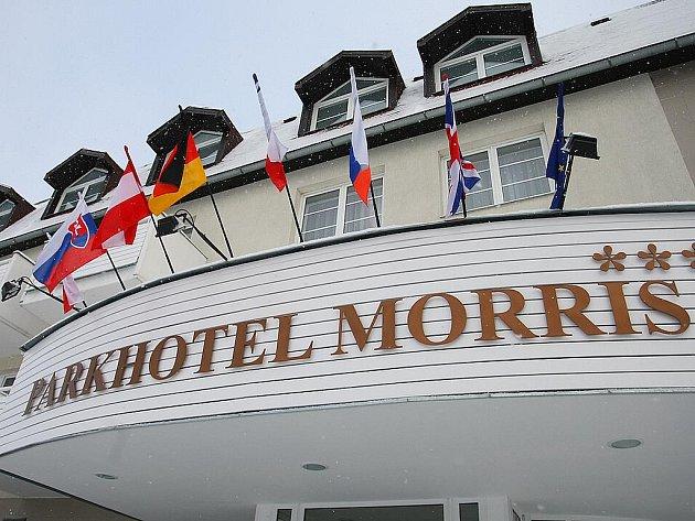 O život bojuje třicetiletá žena z Varnsdorfu, kterou se pokusil zavraždit její stejně starý manžel, cizinec, v hotelovém pokoji Parkhotelu Morris v Novém Boru v noci z pondělí na úterý.