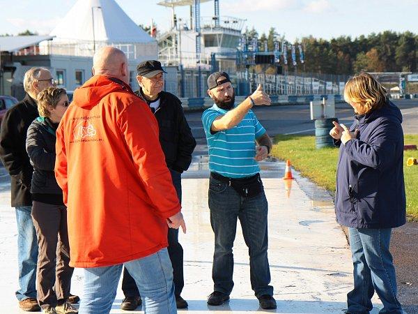Vneděli se díky Základní organizaci neslyšících vMladé Boleslavi konal na sosnovském autodromu kurz bezpečné jízdy pro neslyšící.