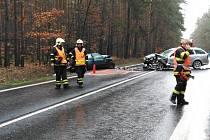Mezi Oborou a Bezdězem se čelně střetla dvě vozidla.