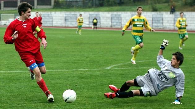 Mladší dorostenci Arsenalu si příliš mnoho šancí nevypracovali. Na snímku v jedné z mála příležitostí Brož překonal gólmana hostí, ale míč těsně minul branku.