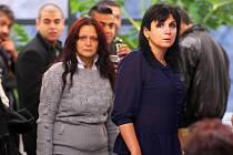 Případ takzvaného mačetového útoku v Novém Boru začal liberecký soud projednávat 7. listopadu. Na snímku vpravo je advokátka Klára Samková.