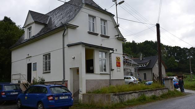 Česká pošta v Horní Libchavě. Dnes ráno ji přepadl lupič.