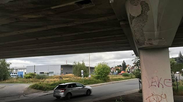 Odrolený beton a vykukující armatury na třicetileté, už jednou opravované stavbě.