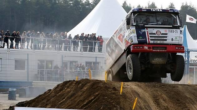 Přes pět tisíc lidí se přišlo do Sosnové podívat na speciály jezdící dakarskou rallye, případně posbírat podpisy jejich jezdců.