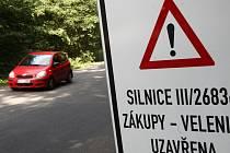 Silnice u Zákup směrem na Velenice je uzavřená už několik dní. Auta tudy znovu projedou až začátkem listopadu.