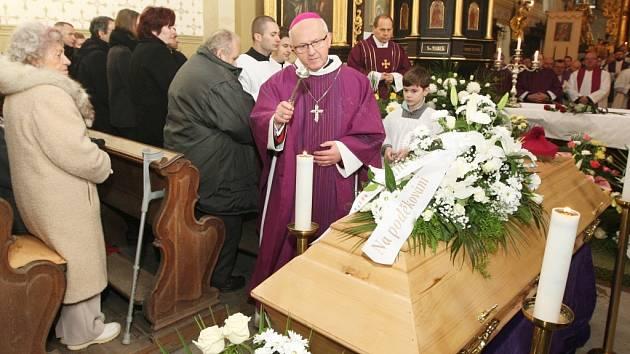 Se zesnulým knězem Janem Nepomukem Jiřištěm se loni v prosinci přišli rozloučit kněží nejen z litoměřické diecéze, ale také z ostatních českých a moravských diecézí a stovky věřících.