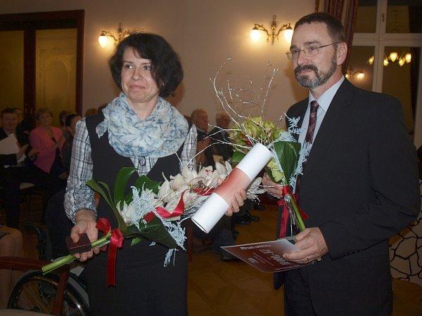 Se slzami dojetí vočích přijímali poděkování manželé Pavla a Miroslav Boškovi, pěstouni a dlouhodobí spolupracovníci českolipské Farní charity, kteří své zkušenosti předávají ostatním pěstounům.
