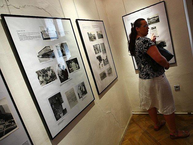 Ve čtyřech blocích výstava mapuje rozvoj města v 60. letech v regionu a doplňuje ji výběr ze sbírky okresního archivu s obaly populárních dobových výrobků a kolekcí z produkce závodů z té doby.