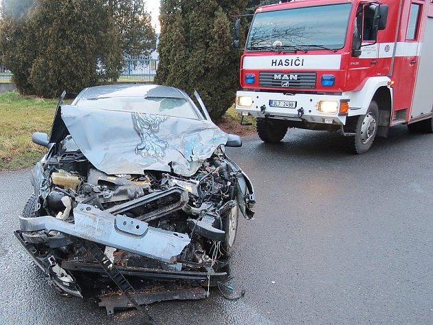 Nehoda autobusu a osobního auta zkomplikovala ve čtvrtek ráno dopravu uDoks.