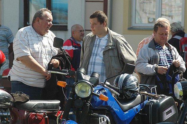 Desítky návštěvníků kromě starých pečlivě udržovaných starých motorek či bicyklů z doby 1. republiky mohly obdivovat i dobově oblečené cyklisty.